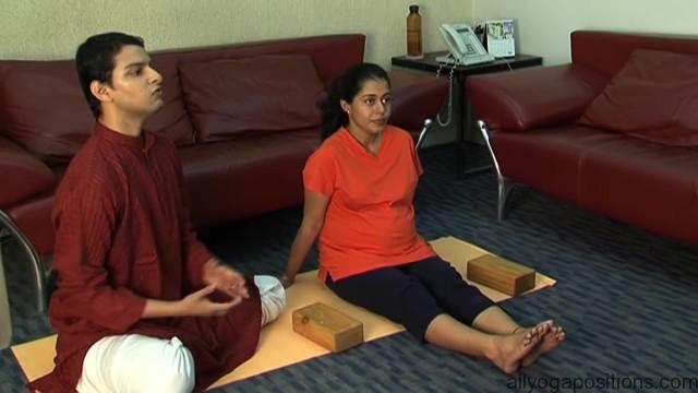 easy yoga for pregnant woman 08